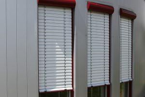 Raffstore Jalousien die von außen an das Gebäude angebracht werden